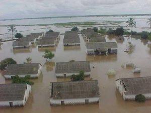 Krisen- und Katastrophenmanagement für ein Dorf dessen Häuser unter Wasser stehen - Flutkatastrophe in Mocambik
