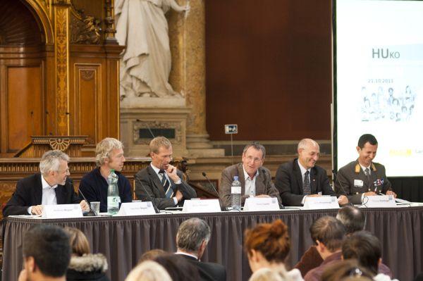 Podiumsdiskussion beim ersten humanitären Kongress in Wien.